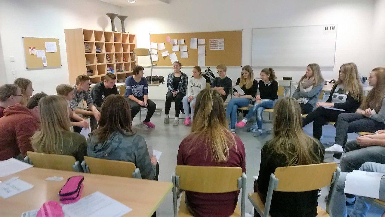 Sitzkreis einer Klasse während Basismodul
