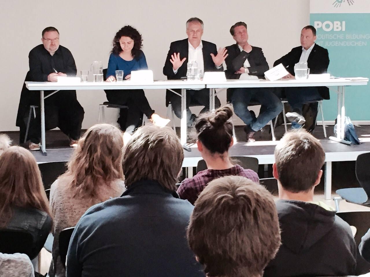 Podium während einer von PoBi organisierten Podiumsdiskussion