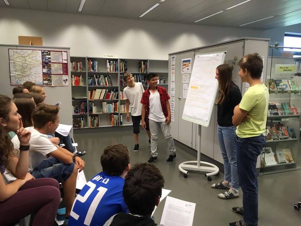 Schüler präsentieren ihre Ausarbeitung während dem EU-Modul