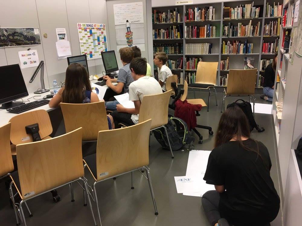 Schüler beim Recherchieren während EU-Modul